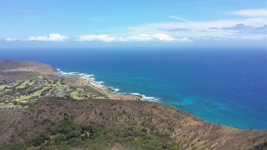 A view of the ocean and the crater from the top of the Koko head trail