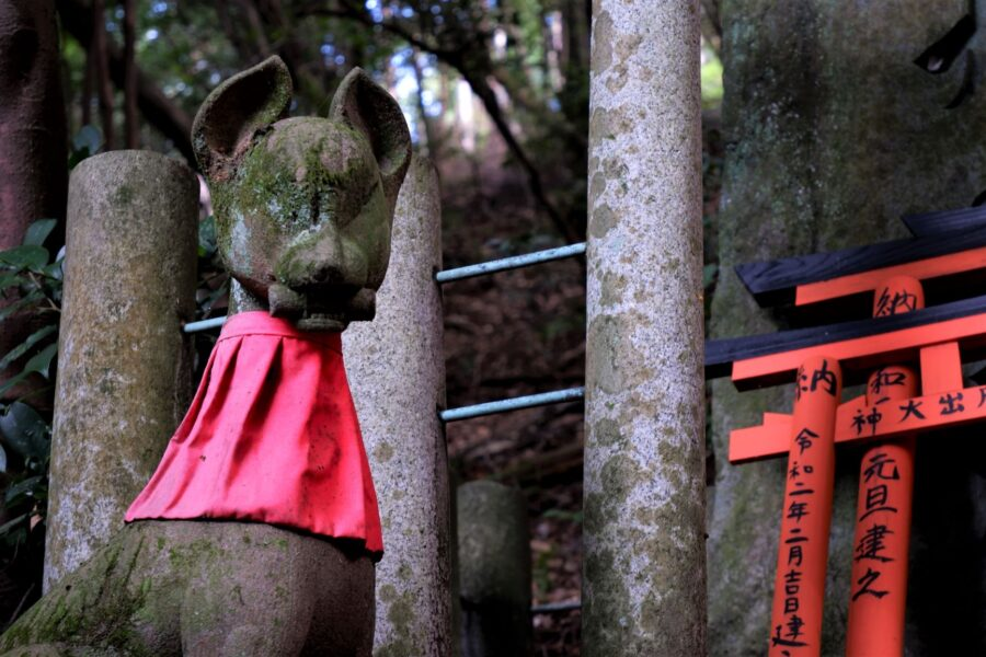 A fox statue in Fushimi Inari outisde of the Kyoto red gates, one of Kyoto's top sights