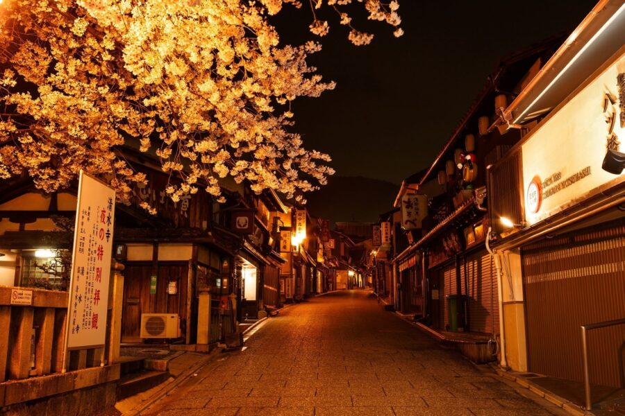 The empty roadways and paths of Gion at night, one of the best night areas of Kyoto