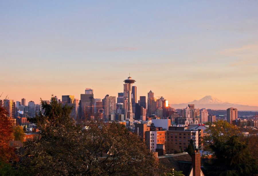 Viewpoint of the Seattle skyline and Mount Rainier from Kerry Park at dusk, one of the best things to do at night in Seattle!